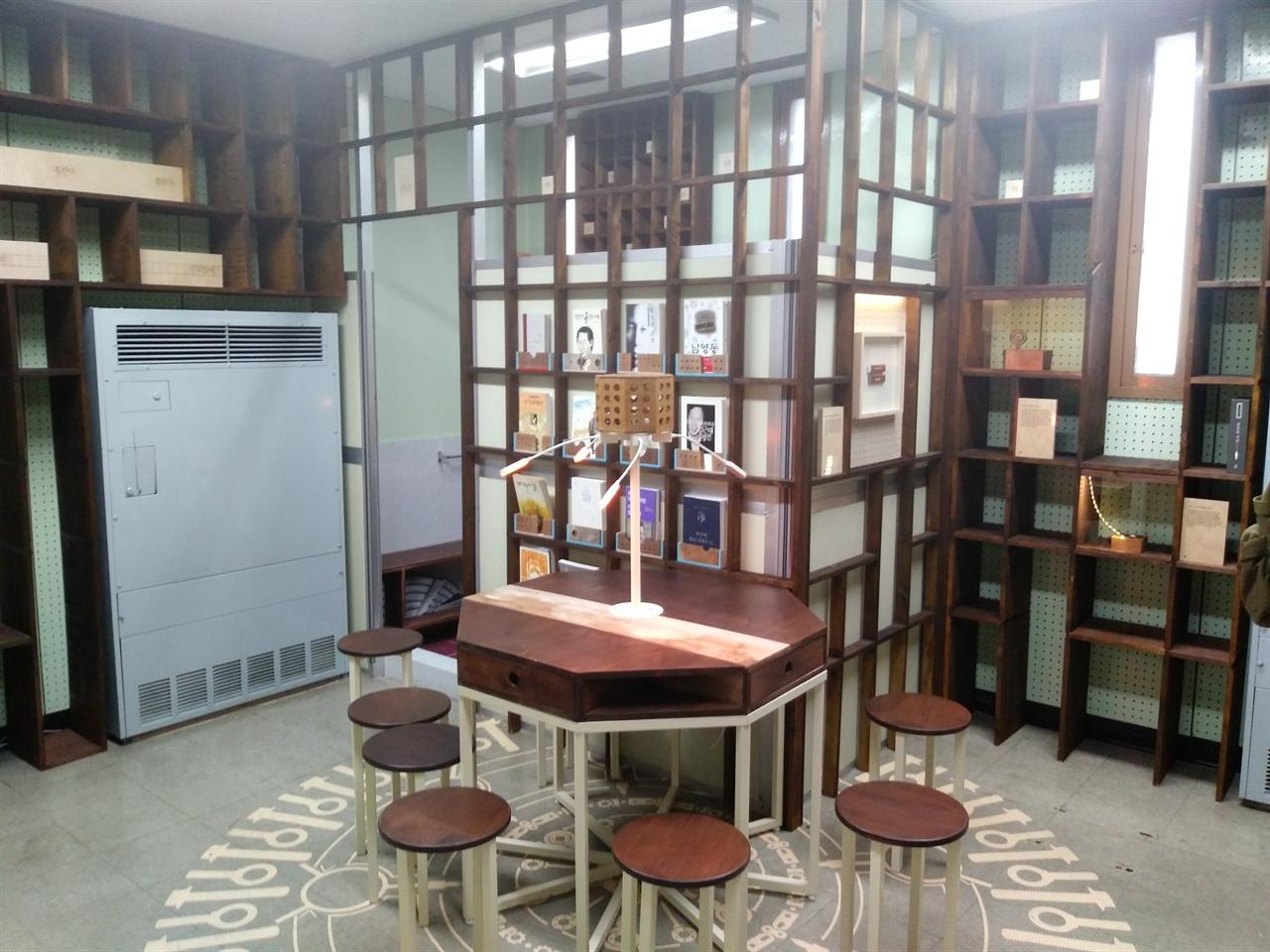 남영동 514호실 김근태 전 의원이 전기고문을 당했던 곳은 작은 도서관처럼 꾸며져 있어 당시의 참혹함을 전혀 느낄 수 없다. 말 그대로 화해와 용서의 공간으로 탈바꿈했다.