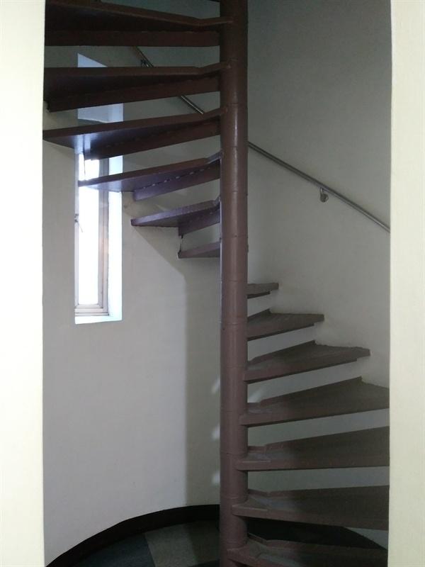 1층에서 5층 조사실로 오르는 계단 단숨에 오를 수 있도록 설계되어 있는데, 잡혀온 이들이 층수와 방향을 알 수 없도록 하는 의도다.
