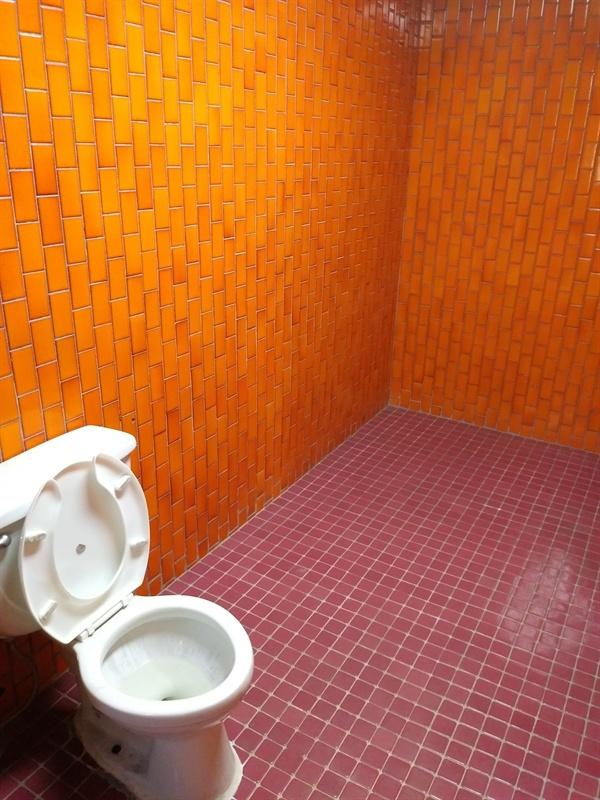 온통 '붉은' 화장실 내부 바닥과 타일을 온통 붉은색으로 처리한 것은 공포심을 극대화하기 위한 설계자의 의도다.
