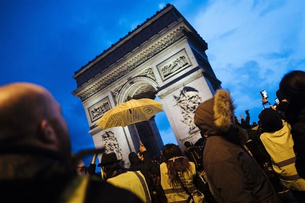 프랑스 노란 조끼 시위 2018년 12월 22일 토요일, 파리에 모여 드는 노란색 조끼를 입은 시위대의 모습.