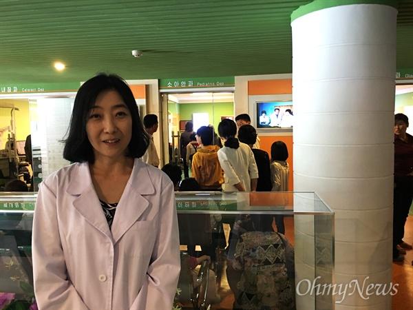 필자가 찾은 평양 '류경안과병원'. 소아안과 앞에서 북한동포들이 진료를 기다리고 있다. 견학을 하게 되니 흰 가운을 줬다.