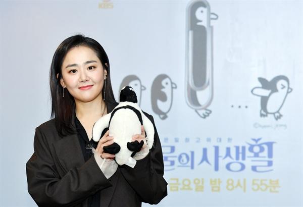 3일 오전 서울 여의도 KBS 사옥 인근에서 진행된 KBS 2TV 예능 프로그램 <은밀하고 위대한 동물의 사생활> 기자간담회에 참석한 배우 문근영이 카메라를 향해 포즈를 취하고 있다.