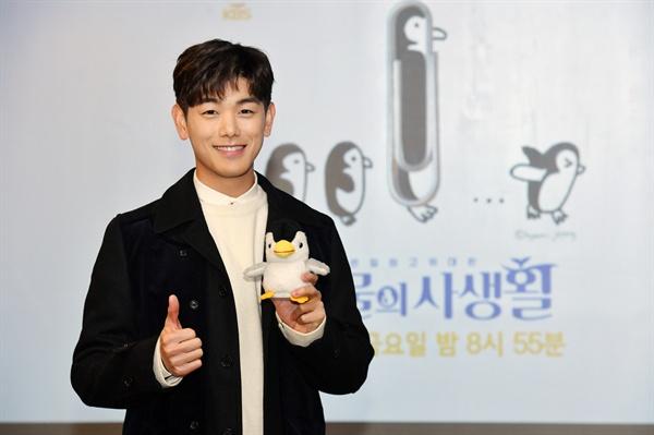 3일 오전 서울 여의도 KBS 사옥 인근에서 진행된 KBS 2TV 예능 프로그램 <은밀하고 위대한 동물의 사생활> 기자간담회에 참석한 가수 에릭남이 카메라를 향해 포즈를 취하고 있다.