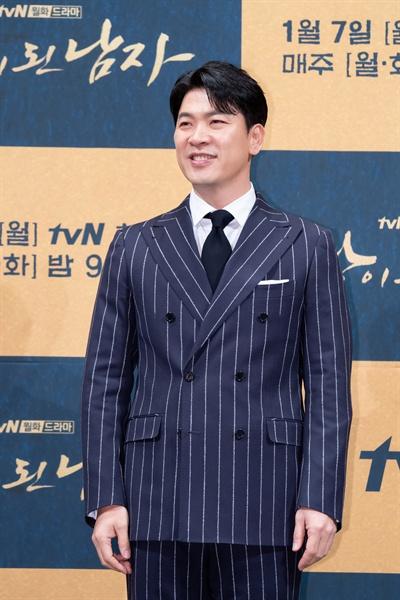 3일 서울 강남의 한 호텔에서 열린 tvN 새 월화드라마 <왕이 된 남자> 제작발표회에 참석한 배우 김상경이 포즈를 취하고 있다. 김상경은 이번 작품에서 광대 하선을 진정한 왕으로 길러내는 도승지 이규 역할을 맡았다.