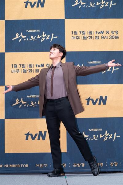3일 서울 강남의 한 호텔에서 열린 tvN 새 월화드라마 <왕이 된 남자> 제작발표회에 참석한 배우 여진구. 여진구는 이번 작품에서 왕 이헌과 왕과 꼭 닮은 광대 하선 1인 2역을 연기한다.
