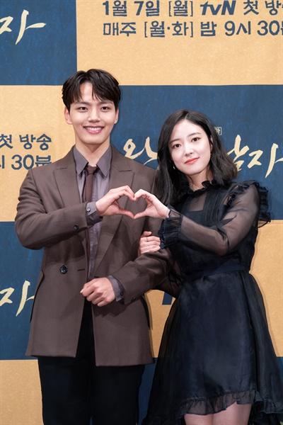 3일 서울 강남의 한 호텔에서 열린 tvN 새 월화드라마 <왕이 된 남자> 제작발표회에 참석한 배우 여진구와 이세영이 포즈를 취하고 있다.
