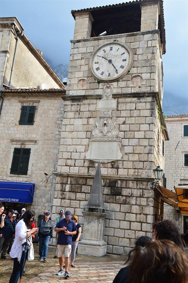 코토르 시계탑 코토르를 상징하는 이 시계탑은 지진으로 인하여 한쪽으로 기울어 있다.