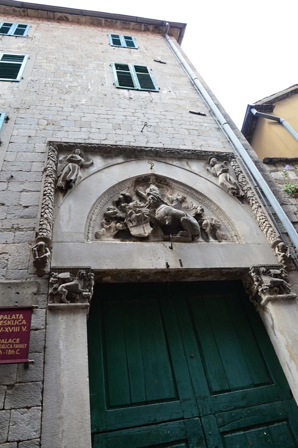 베스쿠차 궁 베네치아 출신의 지배 가문이 살던 저택이다.