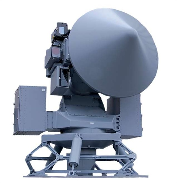 광개토대왕함에 사용되는 사격관제용 레이더 STIR-180 STIR-180 역시 네덜란드의 탈레스(Thales)사가 제작한 레이더이다. 사격관제용 및 광학적 목표 추적 및 목표 파괴 확인 등 목적으로 사용된다. 사진에서 보이다시피 레이더 바로 옆에 컬러 줌 카메라, 흑백 카메라, 적외선 카메라 등 여러 광학 카메라들이 붙어 있는 것이 보인다. 우리 국방부는 사건 당시 이 광학용 카메라들은 사용했으나 레이더 전파는 방사되지 않았다고 설명했다.