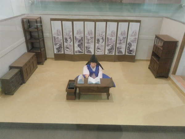 공부하는 아이. 경기도 남양주시 조안면의 '다산(정약용) 유적지'에서 찍은 사진.