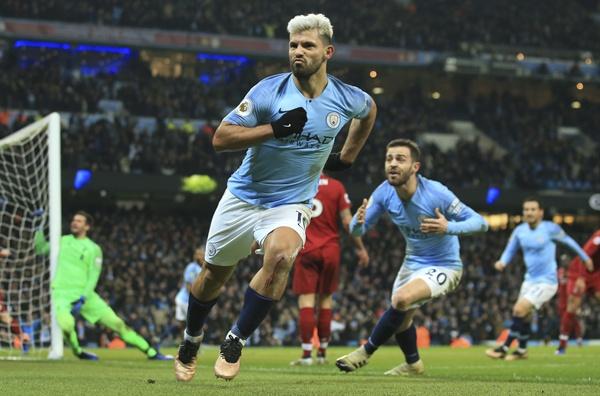 2019년 1월 4일 오전 5시(한국시간), 영국 맨체스터 에티하드 스타디움에서 열린 2018-2019 잉글랜드 프리미어리그(EPL) 21라운드 경기에서 리버풀을 상대로 맨시티의 세르히오 아구에로가 선제골을 넣은 후 환호하고 있다.