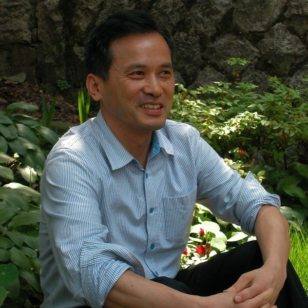 '모멸감'을 넘는 유머를 천명한 사회학자 김찬호  한국 사회의 면면을 예리하고 분석하고 따듯한 시선으로 포착해온 사회학자 김찬호