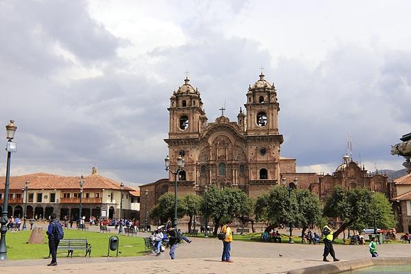 쿠스코 메인광장 한 켠에는 아름다운 라 꼼빠니아 데 헤수스 성당이 있다. 원래 잉카의 왕 와이나까빡의 궁전 터에 지어진 성당이다. 스페인 인들은 잉카의 흔적을 없애기 위해 잉카의 신전이나 궁전을 허물고 스페인식 건물을 지었다.