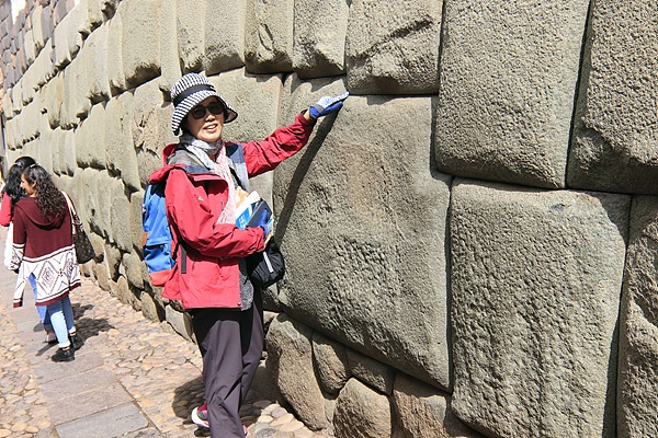 일행 중 한 분이 로레토 거리에 있는 12각 돌을 가리키고 있다. 면도칼이나 종이 한 장 들어갈 틈이 없도록 정교하게 쌓아올린 잉카 석조건축의 진수이다.