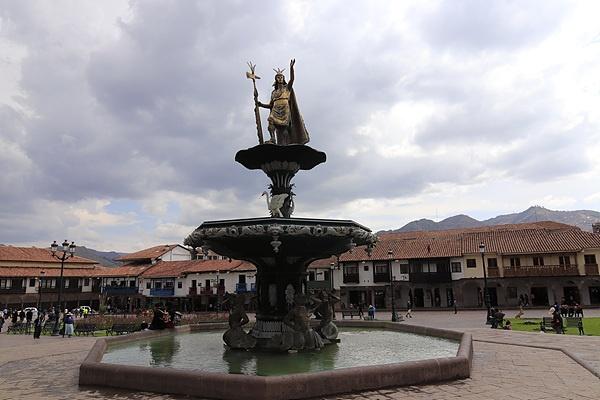 쿠스코 메인광장 중심에 있는 잉카상.