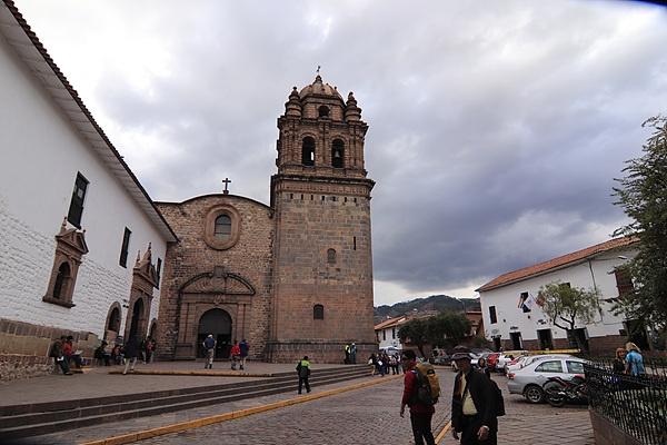 전면에서 본 산토도밍고 성당. 잉카제국 시절 태양을 모시는 꼬리칸차 신전의 토대위에 세워져 있다.
