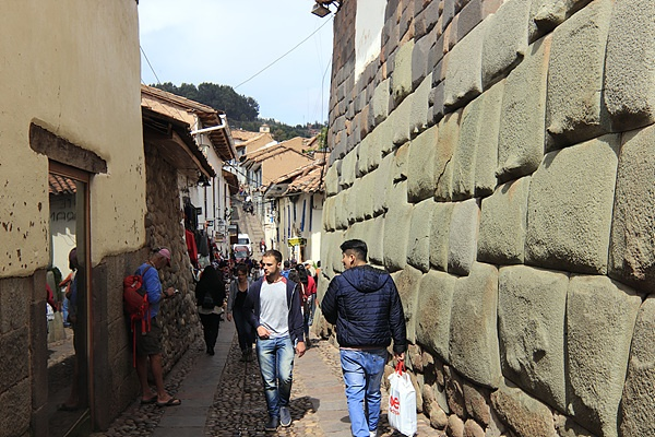 사람들이 오가는  길 옆에는 잉카인들의 뛰어난 석축술을 보여주는 석벽이 있다.