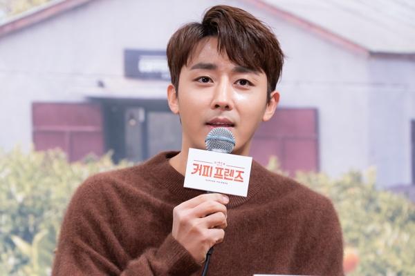 4일 오전 tvN 새 예능 <커피 프렌즈> 제작발표회가 서울 학동역 인근 웨딩홀에서 열렸다. <커피 프렌즈>는 배우 유연석과 손호준이 카페를 차리고 얻은 수익금으로 기부를 하는 예능이다. 4일 오후 9시 10분 첫 방송.