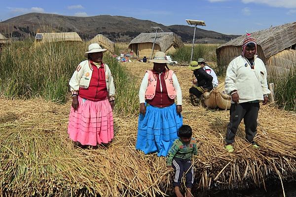 섬을 방문하고 떠나가는 관광객들을 환송하는 주민들 모습. 현재 원주민들이 서있는 곳은 '또또라'라는 갈대로 만든 섬이다.