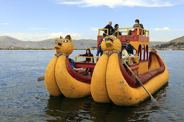 티티카카호수에 사는 원주민들의 교통수단인 '발사(Balsa)'를 타고 호수를 돌아보는 관광객들