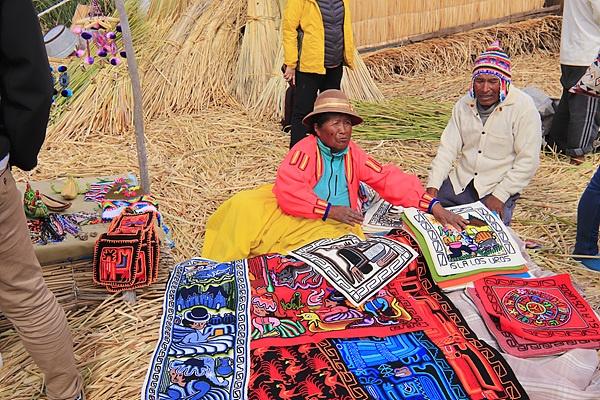 관광객들에게 기념품을 파는 원주민들. 손으로 직접 만든제품이다. 이곳에서는 남자들이 뜨개질을 한다고 한다.