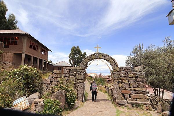 마을의 경계선에는 이같은 아치형 문이 있다고 한다. 육지와 격리된 티티카카호수 중앙에 있어 스페인 정복자들로부터 약탈을 당하지 않아 옛모습이 그대로 살아있다