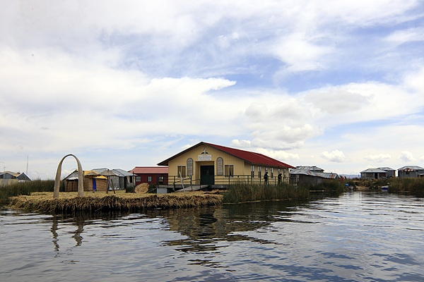 티티카카호수 주민은 약 3천명으로 초등학교 4개가 있다. 보이는 것은 한 초등학교 건물이다