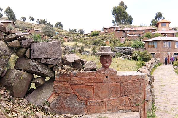 타킬레섬에 이 형상을 한 조각품이 있으면 그 마을의 우두머리가  산다는 뜻이다