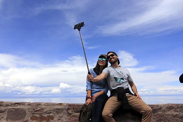티티카카호수 관광 내내 옆자리에 앉았던 연인들로 예쁜 호수를 배경으로 사진촬영을 부탁했다. 칠레에서 왔다고 한다