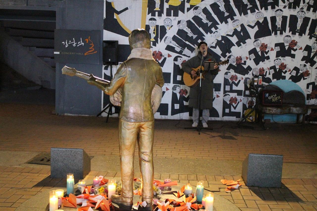 홀로 버스킹 무대를 이어가고 있는 구본석씨. 김광석다시그리길에서 '이어부르기'란 팀으로 구성해 노래를 부르고 있는 구본석씨의 버스킹 모습이다.