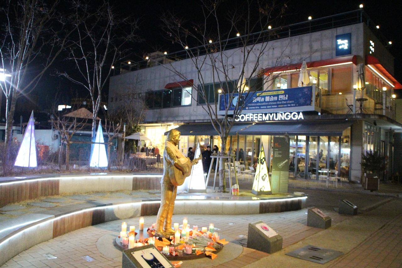 김광석 동상 앞에는 촛불과 꽃들만이 그를 반겨주고 있었다. 23주기 고 김광석 가객의 동상 앞의 모습이다.