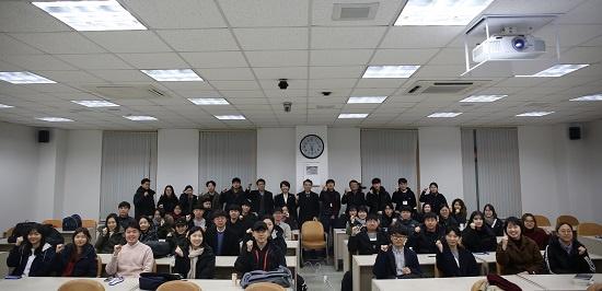 제18기 예비언론인 캠프 참가자들과 교수진이 저널리즘스쿨 강의실에서 기념사진을 찍었다.