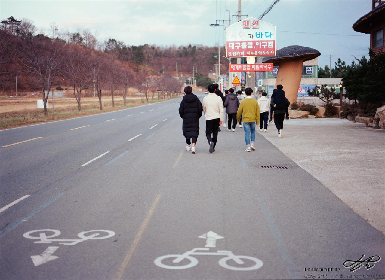 걷기 길? (645N/Pro400H)이 길을 인솔할 때는 특히, 차량나 학생들이 서로 선을 넘지 않을까 노심초사하며 거의 뒤로 걷다시피 했다.