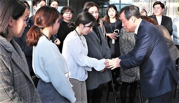 4일 부산 영화진흥위원회를 찾아 블랙리스트 문제에 대해 사과하고 직원들과 인사를 나누고 있는 도종환 문화체육관광부 장관