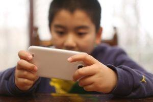 스크린 타임 하루 2시간 이상인 어린이 고도 비만 위험 3배 증가
