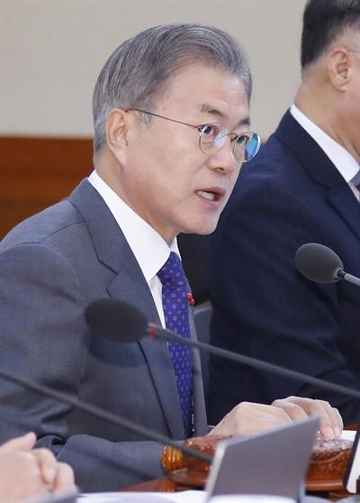 국무회의 주재하는 문재인 대통령 문재인 대통령이 8일 오전 청와대에서 열린 국무회의를 주재하고 있다.