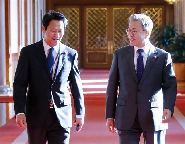 문재인 대통령이 8일 오전 청와대에서 열린 국무회의에 임종석 대통령 비서실장과 함께 입장하고 있다.