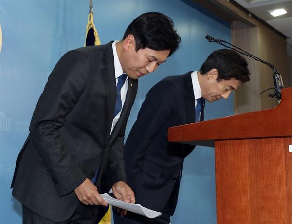 인사하는 이용호·손금주 의원 무소속 이용호(오른쪽), 손금주 의원이 지난해 12월 28일 국회 정론관에서 열린 더불어민주당 입당 발표 기자회견에서 인사하고 있다.