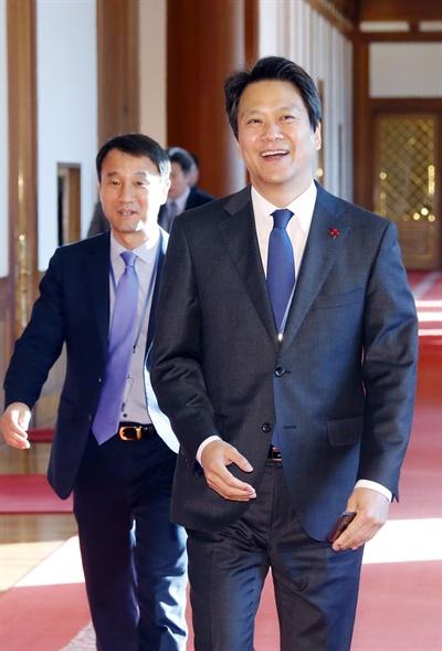 임종석 비서실장과 한병도 정무수석 임종석 비서실장(오른쪽)과 한병도 정무수석이 8일 오전 청와대에서 열린 국무회의에 입장하고 있다.