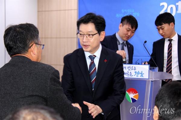 김경수 경남지사가 8일 오전 경남도청 프레스센터에서 신년 기자간담회를 열기 전 참석자들과 인사하고 있다.