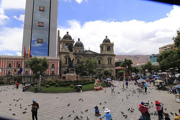 볼리비아 혁명을 지휘했던 무리요를 기념하는 무리요 광장 모습. 뒤편에는 대통령 궁이 있다