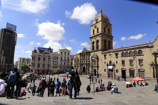 라파즈에서 가장 유명한 산 프란시스코 성당 모습. 성당 앞은 청소년과 예술가들이 그림을 전시하기도 하는 만남의 광장이다