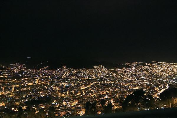 케이블카를 타고 라파즈시내 높은 곳에 올라 촬영한 라파즈 야경 모습
