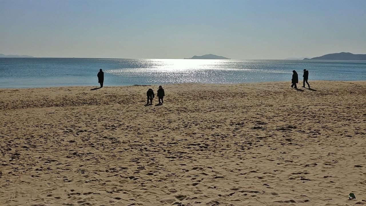 모래를 밟으면 우는 소리가 들린다는 명사십리 해수욕장은 모래가 동서로 십리나 이어져 있다.