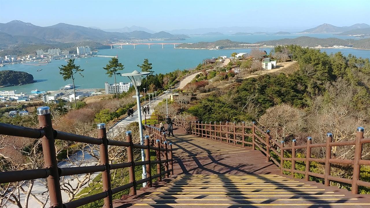완도읍 동망산 일출공원에는 타워와 광장, 산책로, 쉼터 등이 잘 조성되어 있다.