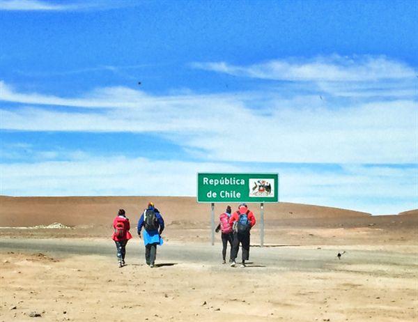 볼리비아-칠레 국경 히토 카혼 Hito Cajon. 볼리비아 알티플라노 여행을 마치고 칠레 아타카마 사막으로 가는 여행자들.