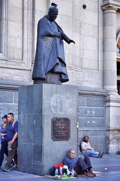 소매치기를 주의하라는 경고를 많이 들은 산티아고 아르마스 광장에는 노숙인이 많았다.