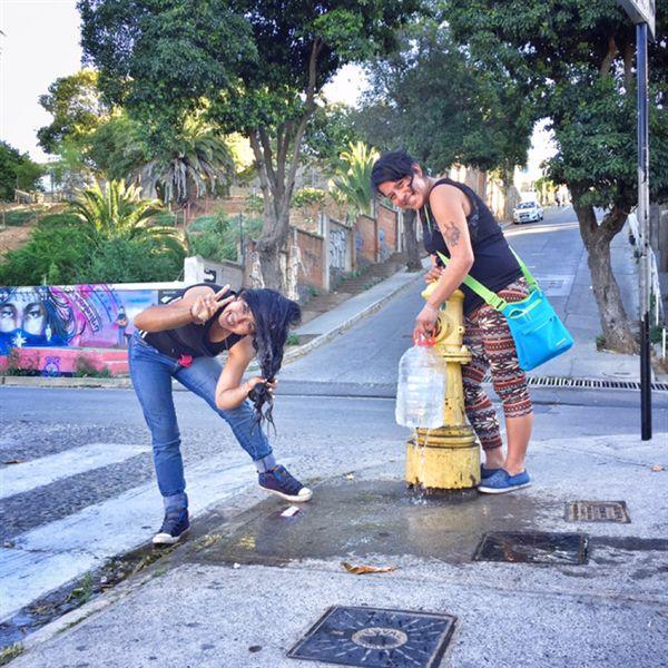 발파라이소에서 만난 사람들. 그들의 집에는 수도가 끊겼는지, 두 사람은 길가의 소화전 밸브를 힘겹게 열어 마실 물을 받고, 그 자리에서 머리를 감았다.
