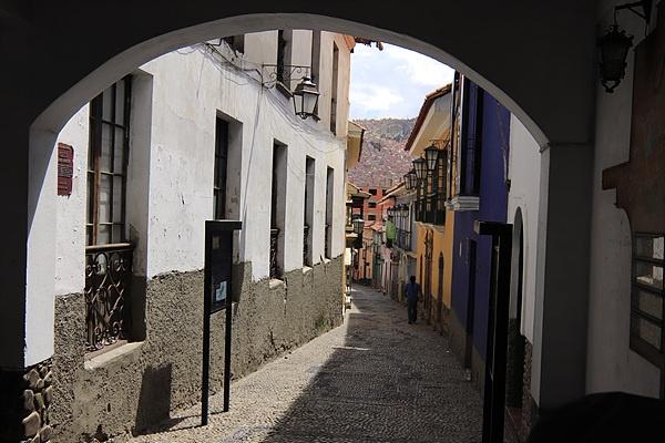 이 길로 따라가면 볼리비아 혁명가 무리요 생가가 나오고 골목끝을 지나 넓은 길에는 볼리비아를 대표하는 화가 마마니마마니 전시관이 있다