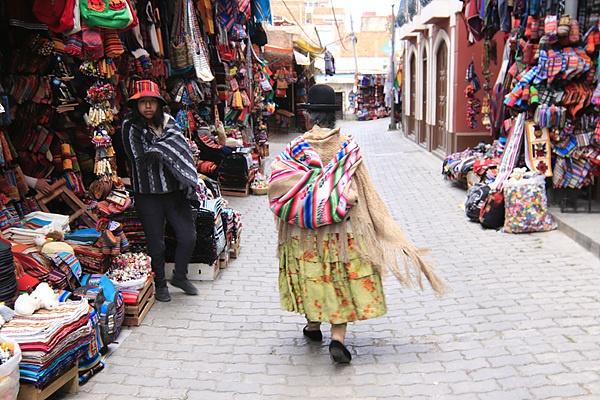 사가르나가 거리를 걸어가는 인디오 할머니 모습.  이곳 선물가게에서 파는 라마털로 만든 의류는  정말 싸다.